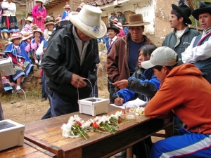 Distributing solar lights supplied by LED, Peru