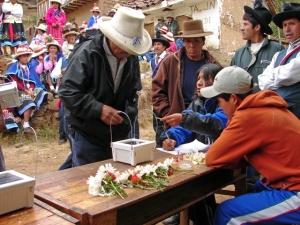 Distributing solar lights supplied by LED, Peru