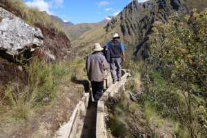 Melke and Antonio investigate the dry leat, Quishuar, 20.6.15